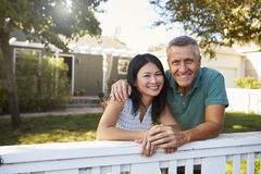 Портрет зрелых пар рассматривая загородка заднего двора Стоковые Изображения RF