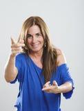 Портрет зубастой усмехаясь взрослой женщины с коричневыми прямыми волосами и большими красочными серьгами Усмехаясь взрослая женщ Стоковые Изображения RF