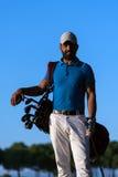 Портрет игрока в гольф на поле для гольфа на заходе солнца Стоковое фото RF