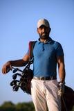 Портрет игрока в гольф на поле для гольфа на заходе солнца Стоковое Изображение RF