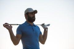 Портрет игрока в гольф на поле для гольфа на заходе солнца Стоковые Фото