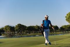 Портрет игрока в гольф на поле для гольфа Стоковое фото RF