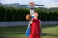 Портрет игрока корзины улицы молодого человека Стоковое Изображение