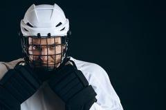 Портрет игрока хоккея на льде с хоккейной клюшкой и защитными перчатками стоковая фотография