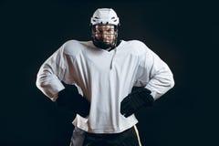 Портрет игрока хоккея на льде с хоккейной клюшкой стоковое фото