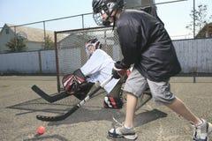 Портрет игрока шарика хоккея с хоккейной клюшкой Стоковое Изображение RF