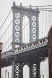 Портрет известного моста Манхэттена в Dumbo на улицах Бруклина стоковое изображение