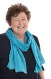 Портрет: Изолированная синь и turquo счастливой женщины пенсионера нося стоковое изображение
