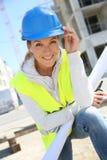 Портрет инженера женщины с голубыми касками Стоковые Изображения