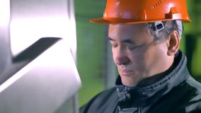 Портрет инженера Пульт управления человека работая на промышленной фабрике 4K видеоматериал