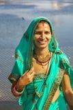 Портрет индийской девушки в красочной этнической одежде на озере Sagar Стоковая Фотография RF