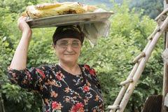 Портрет иранского удерживания женщины испек поднос хлеба на ее hea Стоковые Фото