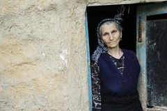 Портрет иранской женщины в традиционной ткани на входе Стоковое Изображение RF