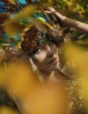 Портрет искусства белокурой нимфы представляя в осеннем парке стоковые изображения rf