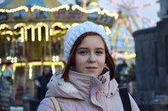 Портрет искусства красивой девушки в городе ночи освещает Портрет моды моды молодой женщины с короткими темными волосами Стоковые Изображения