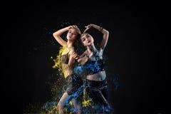 Портрет исполнительницы танца живота 2 азиатов выполняет с красочной краской Стоковое Изображение RF