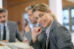Портрет исполнительной женщины в деловой встрече Стоковое фото RF