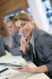 Портрет исполнительной женщины на офисе Стоковые Фото