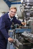 Портрет использования инженера сверлит внутри фабрику стоковые изображения rf