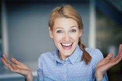 Портрет итальянской счастливой женщины стоковое фото rf