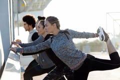 Портрет идущих людей делая протягивать в городе Стоковое Изображение
