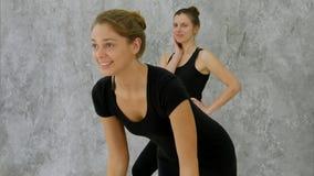 Портрет йоги и смеяться над положительной молодой чернокожей женщины практикуя Стоковые Изображения RF