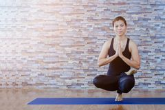 Портрет йоги шикарной молодой женщины практикуя крытой Штиль и ослабляет, женское счастье Стоковое Изображение RF