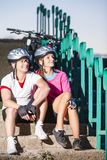 Портрет кавказских велосипедистов в обмундировании спорта представляя с велосипедом Стоковые Изображения