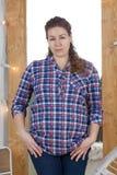 Портрет кавказской беременной женщины, одетой рубашки шотландки, смотря камеру, вьющиеся волосы стоковая фотография rf