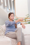 Портрет канала переключения женщины с remote Стоковое фото RF