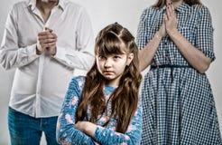 Портрет капризного избалованного ребенка Вредная девушка стоковое фото rf