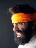 Портрет карате при сердитое выражение представляя против серой предпосылки стоковое изображение rf