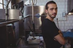 Портрет кельнера стоя в кухне Стоковая Фотография RF