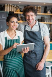 Портрет кельнера и официантки держа цифровую таблетку стоковое фото rf