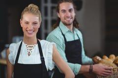 Портрет кельнера и официантки работая за счетчиком Стоковое Изображение