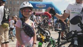 Портрет Киева/Украины 1-ое июня 2019 милой очаровательной маленькой девочки в розовых солнечных очках и белом шлеме усмехаясь на  видеоматериал