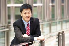 Портрет китайского бизнесмена вне офиса Стоковые Фото