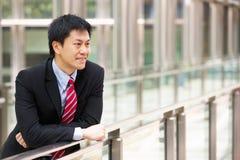 Портрет китайского бизнесмена вне офиса Стоковое Фото