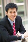 Портрет китайского бизнесмена вне офиса Стоковое Изображение RF