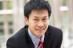 Портрет китайского бизнесмена вне офиса Стоковая Фотография RF