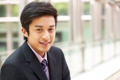 Портрет китайского бизнесмена вне офиса Стоковое фото RF
