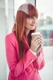 Портрет коммерсантки битника держа кофейную чашку Стоковые Изображения RF