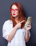 Портрет коммерсантки в белой рубашке с деньгами Стоковые Изображения RF