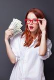Портрет коммерсантки в белой рубашке с деньгами Стоковые Фотографии RF