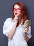 Портрет коммерсантки в белой рубашке с деньгами Стоковое фото RF