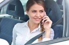 Портрет коммерсантки говоря на мобильном телефоне в автомобиле Стоковые Изображения