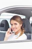 Портрет коммерсантки говоря на мобильном телефоне в автомобиле Стоковое Изображение