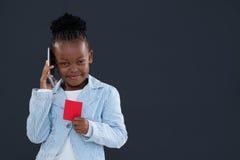 Портрет коммерсантки говоря на телефоне пока держащ красную карточку Стоковые Фотографии RF