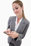 Портрет коммерсантки используя smartphone Стоковое фото RF