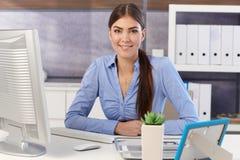 Портрет коммерсантки на столе офиса Стоковая Фотография